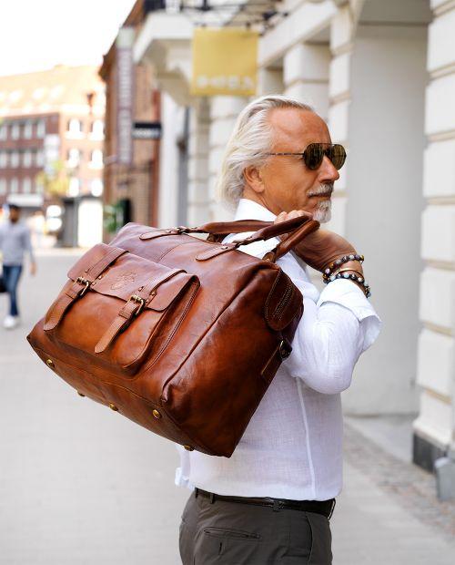Borsone in pelle Weekend bag Milano 24h con tasca cognac | Carlo Bolaget